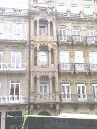 Galería vertical á esquerda da fachada.