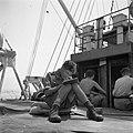 Een militair schrijft een brief aan boord van de Sainfoin, varend tussen Malakka, Bestanddeelnr 255-8225.jpg