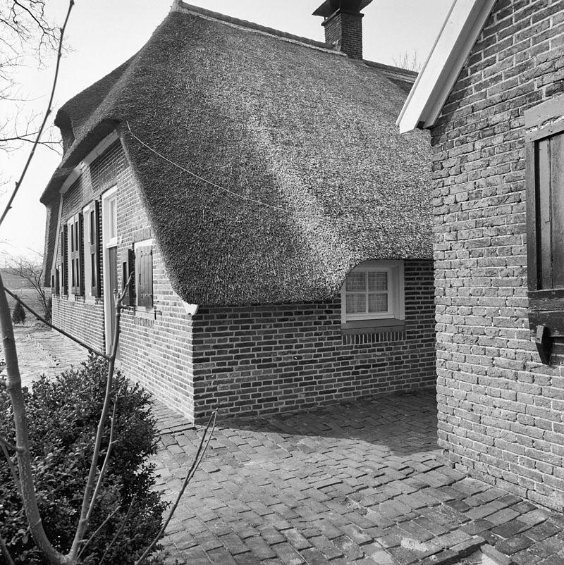 Boerderijcomplex bestaande uit boerderij met middenlangsdeel stookhok een stenen bijschuur - Voorgevel met dubbele huid ...