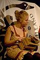 För sista gången håller Olivia i den gyllene skon. (2473818995).jpg