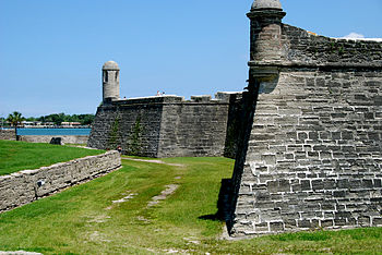 English: The north wall of the Castillo de San...