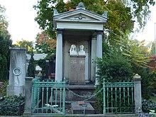 Grab des Ehepaars Graefe in Berlin-Kreuzberg (2010), hier noch mit Ehrengrab-Markierung; links das Grab von Alf von Alten (Quelle: Wikimedia)