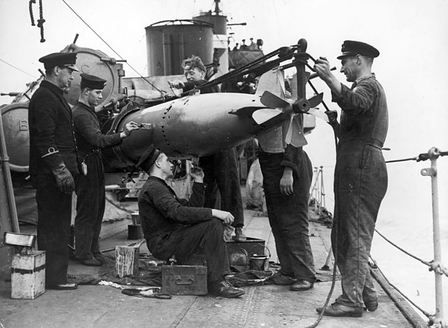 640px-HMS_Vanoc_%28H33%29_torpedo_loadin