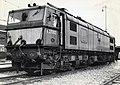 HUA-151604-Afbeelding van de Engelse locomotief nr. E27002 (serie 1500) bij de hoofdwerkplaats van de N.S. te Tilburg.jpg