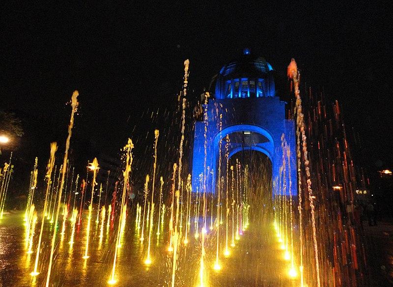 File:Haces de agua luminosa frente al gigante azul.jpg