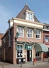 foto van Huis met gevel met rechte kroonlijst voor ouder pand onder zadeldak met achtertop