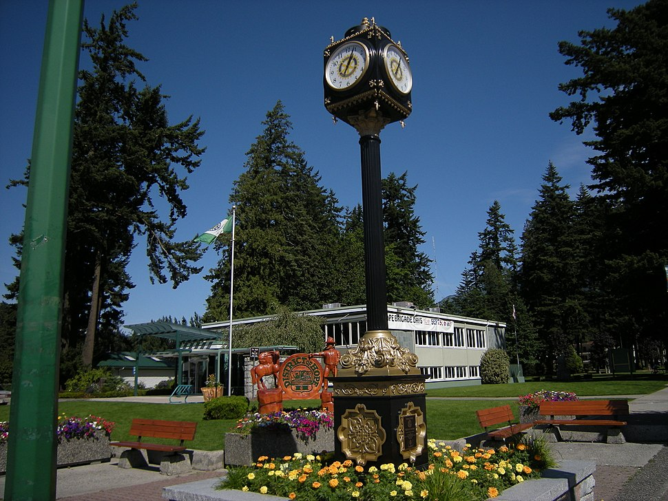 Municipal building and street clock with Memorial Park in background