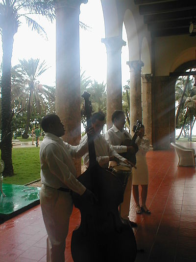 Musicians at the Hotel Nacional, Havana. October 2002 HotelNacionalMusicians.jpg