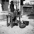 Jabolka melejo na maln (ročni mlin). J. Kos, Stranj 14, Gorenje Vrhpolje 1952.jpg