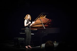Joanna MacGregor - Image: Joanna Mc Gregor speaking at a piano recital
