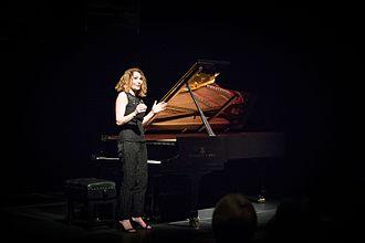 Joanna MacGregor - Image: Joanna Mc Gregor speaking at a piano recital