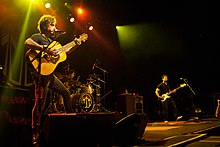 The John Butler Trio (zleva doprava: John Butler na kytaru, Nicky Bomba na bicí, Byron Luiters na basu) účinkující v Torontu c.  2012