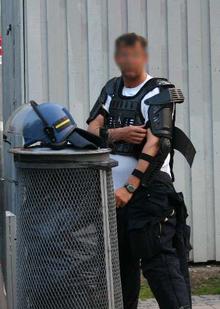 Daterer en politibetjent