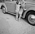 Kind met zijn vriendje proberen de motorkap te openen, Bestanddeelnr 254-4892.jpg