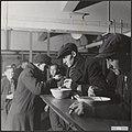Kolenmijnen Limburg Mijnwerkers eten soep in de kantine Het eten wordt gratis , Bestanddeelnr 033-1095.jpg