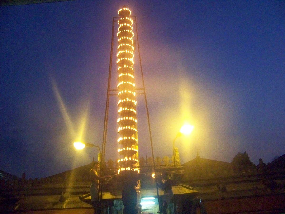 கொல்லூர்  மூகாம்பிகை 1200px-Kollur_Mookambika_Deepa_sthambam_view_3