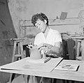 Kunstenaarskolonie Ein Hod. Pottenbakster plaatst een deksel op een door haar ge, Bestanddeelnr 255-2778.jpg