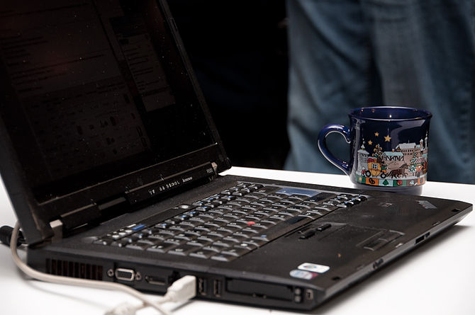 en: Laptop with cup