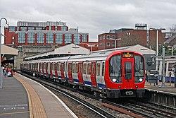 Métro de Londres S7 Stock 21360 sur District Line, Wimbledon (16081398792).jpg