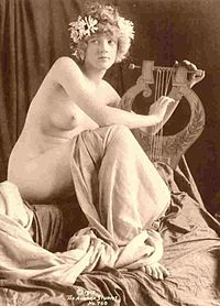 Woman playing a kithara, 1913 photo posed to recall Classical Antiquity