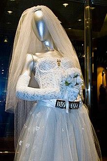 e7bcdcdde Vestido de novia que Madonna utilizó para la presentación del MTV Video  Music Awards 1984.