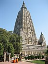 Mahabodhi temple and the Bodhi Tree to its left, Bihár