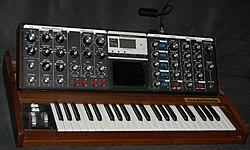 História da Música Eletrônica 2º Parte 250px-MinimoogVoyager