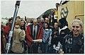 Minister Pronk samen met jongeren komen per trein in IJmuiden aan. Daar werd later gediscussieerd over internationale samenwerking. NL-HlmNHA 54050183.JPG