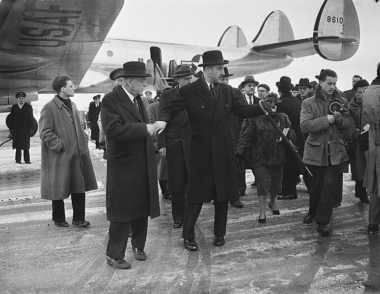 File:Ministers Foster Dulles en Stassen, aankomst Schiphol, Bestanddeelnr 905-5287.jpg