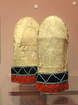 Mittens, Naskapi - Native American collection - Peabody Museum, Harvard University - DSC05460