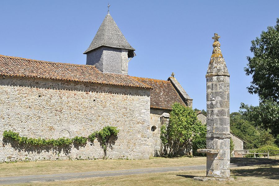 Lanterne des morts et chapelle de Moussac (Montmorillon, Vienne)