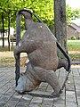 Overloon - Sculptuur 'Beer in beweging in een rupsband' van een tank van Marjolijn Mandersloot aan de Engelseweg.jpg