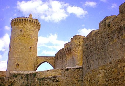 Palma de Mallorca - Castillo de Bellver - La torre del homenaje y el puente de arco ojival. Vista desde la explanada de la muralla exterior - panoramio
