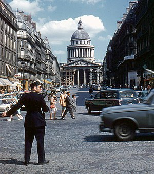 History of Paris (1946-2000) - Agent de police directing traffic and the Panthéon (1960)
