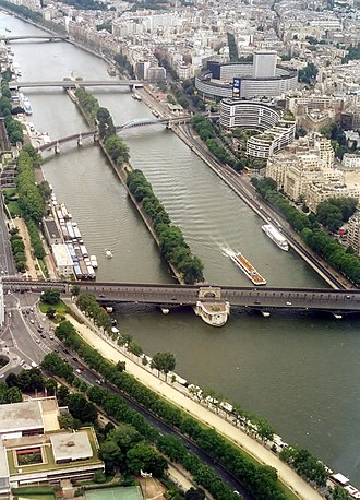 Pont Rouelle - The pont Rouelle is the third bridge from the top, crossing the central portion of the Île aux Cygnes.