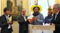 Pendant la COP21, le cacique Raoni Metuktire remet au président français François Hollande les 17 premières propositions de l'Alliance des Gardiens de Mère Nature.png