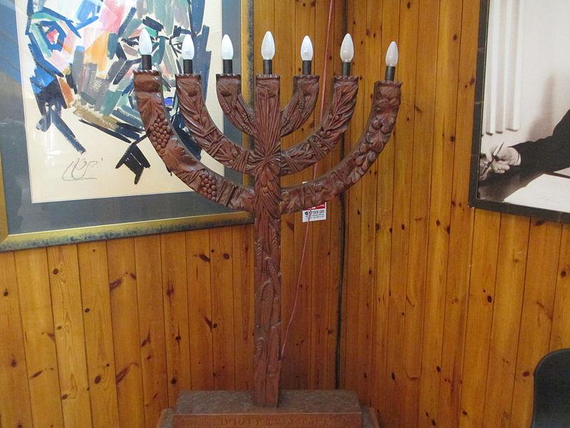 מנורת עץ של בתיה לישנסקי