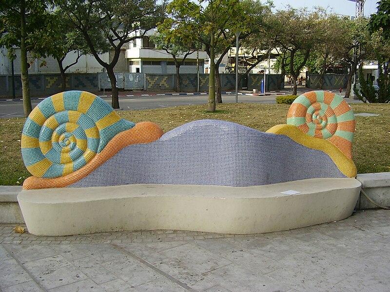 ספסל מעוצב בצורת שבלולים בהרצליה
