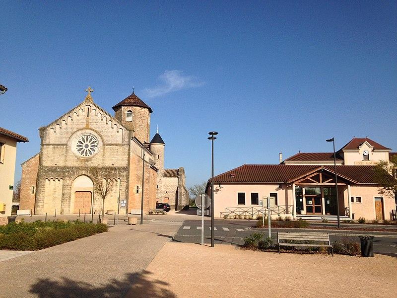 Place centrale de Bâgé-la-Ville avec l'église et l'école publique