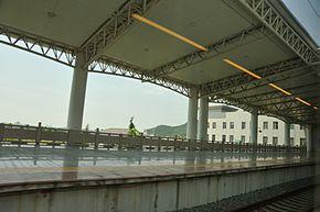 Platform of Yueqing Railway Station 02.jpg