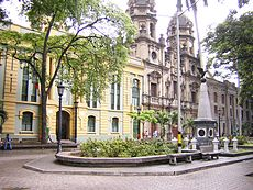 Edificio San Ignacio de la Universidad de Antioquia (izquierda), Plazuela de San Ignacio.