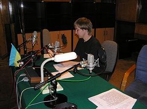 Redator das transmissões em esperanto da Radio Polonia, Łukasz Żebrowski, em estúdio em Varsóvia