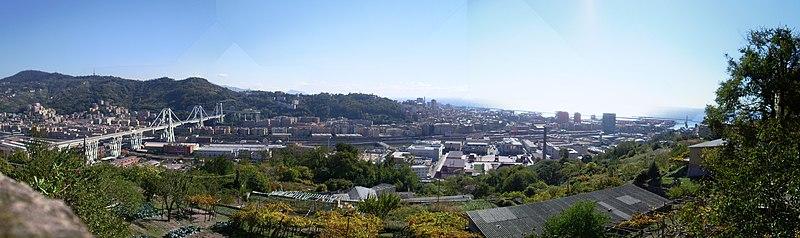 Panorama della parte finale del percorso del Polcevera, vista dalla collina di Coronata, sulla sinistra il ponte Morandi (prima del crollo), sulla destra le torri della Fiumara, sullo sfondo il quartiere di Sampierdarena e la collina di Belvedere