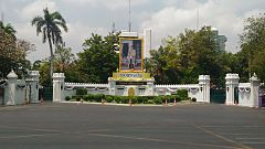 Portrait of King Maha Vajiralongkorn in front of the Ministry of Education - 2017-03-12.jpg