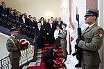 Premier Beata Szydło składa wieniec pod tablicą ku czci Ofiar katastrofy smoleńskiej.jpg
