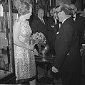Prinses Beatrix opent antiekbeurs te Delft Prinses Beatrix en dhr J Schulman, Bestanddeelnr 915-2996.jpg