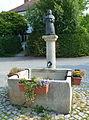 Röhrmoos Kirchplatz10 Brunnen 001 201508 541.JPG