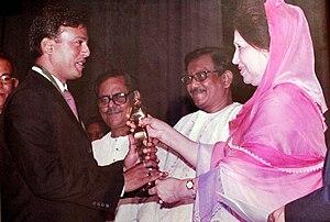 25th Bangladesh National Film Awards - Riaz taking National Film Awards from Former Prime Minister Khaleda Zia in 2003