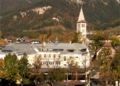 Saalfelden Markthauptschule u Kirchturm 1.png