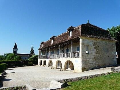 L'ancien presbytère et l'église de Saint-Front-de-Pradoux.